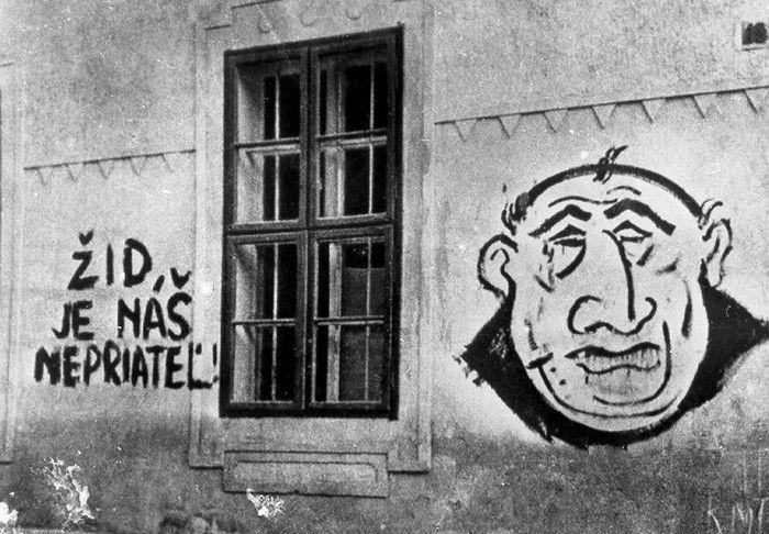 """Najbardziej znane zdjęcie antysemickiej propagandy na ścianie budynku przy jednej z bratysławskich ulic. Zdjęcie i podpis pochodzą z książki Andrzeja Krawczyka pod tytułem """"Słowacja księdza prezydenta"""" (SIW Znak 2015)."""