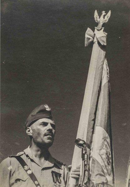 Generał Anders ze sztandarem.