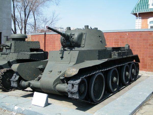 A tak prezentowały się BT-7 zanim zajęli się nimi polscy kawalerzyści (fot. Andshel, CC BY-SA 3.0).