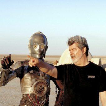 """George Lucas wskazuje grającemu C-3PO Anthony'emu Danielsowi drogę. Czyżby do podboju wszechświata? (zdjęcie pochodzi z książki """"Gwiezdne Wojny. Jak podbiły wszechświat?"""")"""