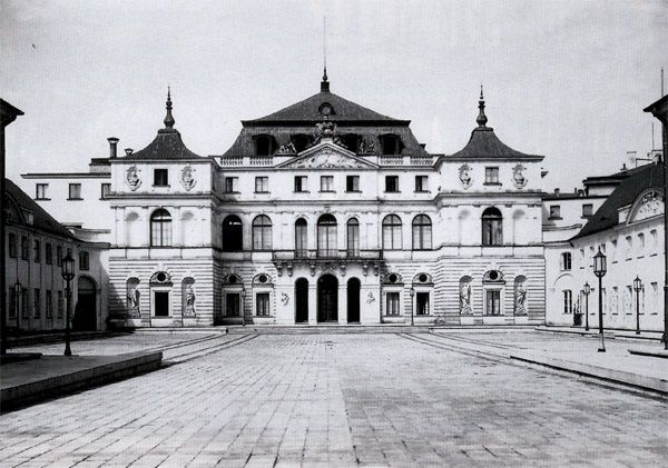 Nieistniejący już pałac Bruhla. Przed wojną tak wyglądała siedziba Ministerstwa Spraw Zagranicznych, a ówczesna dyplomacja działała z rozmachem. Powojenne MSZ miało wysoko zawieszoną poprzeczkę.
