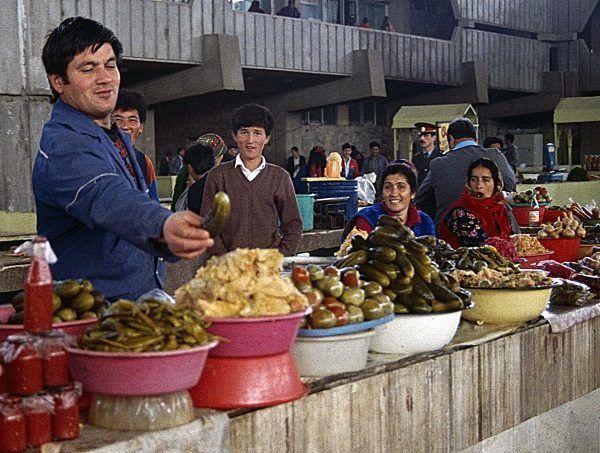 Targ w Aszchabadzie, stolicy Turkiestanu, pełen kolorów i aromatów. Bogactwo tamtejszej kuchni zaprowadziło polskiego wicepremiera na manowce. (zdjęcie opublikowane na licencji CCA SA 4.0, autor Ziegler175)