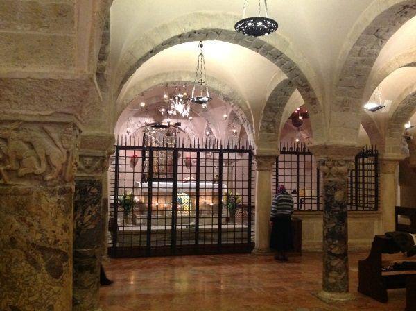 Kiedy jego imię wiązano z wielką aferą kryminalną, święty Mikołaj spokojnie spoczywał sobie w Bari, w bazylice swego imienia. (fot. Kamil Janicki)