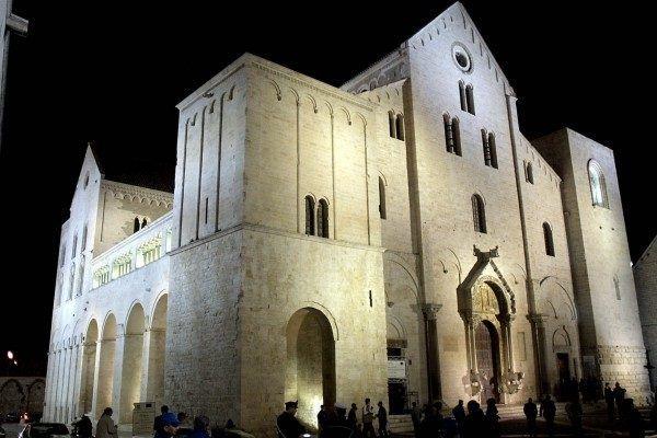 Że też Włosi nie mogli dać Mikołajowi leżeć w spokoju w jego krypcie w podziemiach bazyliki w Bari. (zdj. domena publiczna)