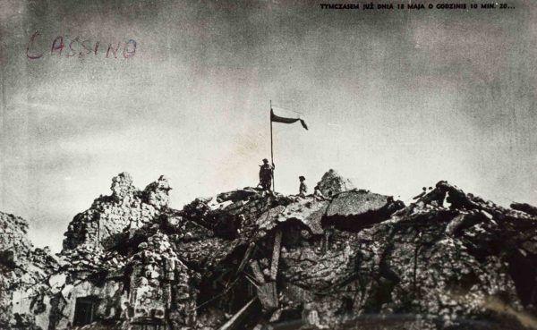 Polska dlaga zatknięta na Monte Cassino.