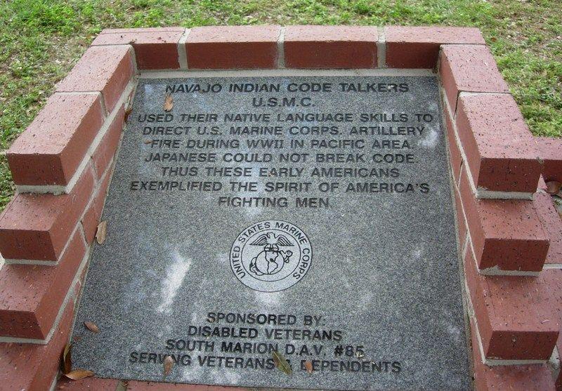 Pamięć o bohaterskich Nawaho trwa... ale ich język umiera (Code Talkers Monument na Florydzie, fot. Mlpearc, lic. CC BY-SA 3.0).