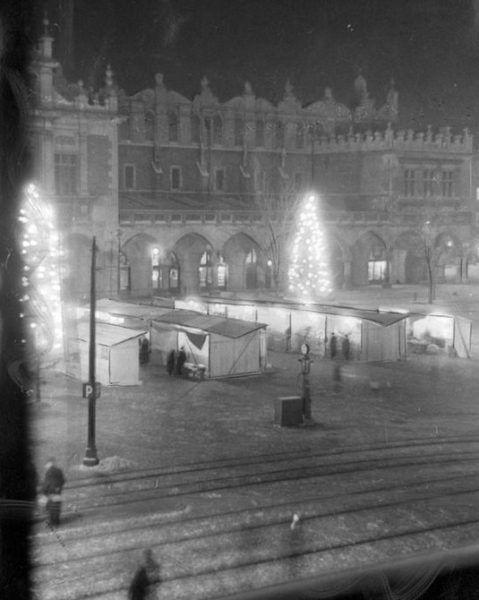 Choinka na krakowskim Rynku w czasie okupacji.
