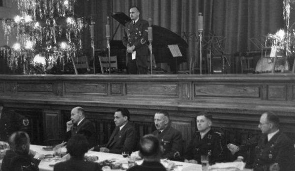Hans Frank przemawia na gwiazdkowym spotkaniu rządu Generalnej Guberni.