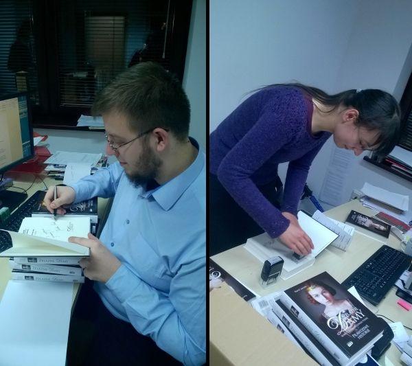 """Autor podpisuje, Agnieszka numeruje i tylko matka-założycielka """"Ciekawostek historycznych"""", Ola, zamiast pomóc w pracy, skupia się na pstrykaniu zdjęć..."""
