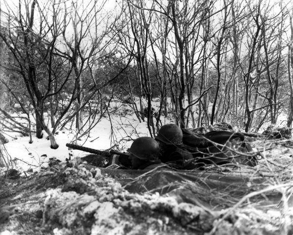 Zanim zaczniesz strzelać, upewnij się, że za drzewami nie kryją się Twoi koledzy! (fot. Fenberg, U.S. Army Signal Corps, ze zbiorów U.S. Army Center of Military History, domena publiczna).