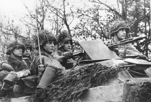 Niemieccy żołnierze w czasie ofensywy w Ardenach (fot. Göttert, ze zbiorow Bundesarchiv, Bild 183-J28519 / CC-BY-SA 3.0)