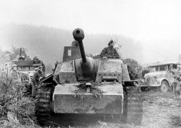 Niemieckie działo pancerne, a w tle amerykański transporter półgąsienicowy M3 Half-track (fot. Pospesch, ze zbiorów Bundesarchiv, Bild 183-J28475 / CC-BY-SA 3.0).