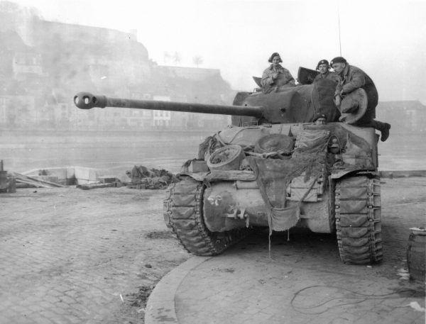 Brytyjski Sherman Firefly w belgijskim mieście Namur (fot. U.S. Army Center of Military History, domena publiczna).