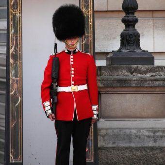 Brytyjski humor w pigułce - wesoły gwardzista sprzed pałacu Buckingham (źródło: domena publiczna).