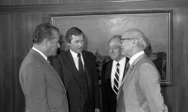 Czesław Kiszczak (pierwszy z lewej) na spotkaniu z przywódcą NRD Erichem Honeckerem. Czy Jaroszewicz posiadał informacje, które mogły zakłócić jego spokojną emeryturę w III RP? (Bundesarchiv, Bild 183-1988-0629-035 / CC-BY-SA 3.0)