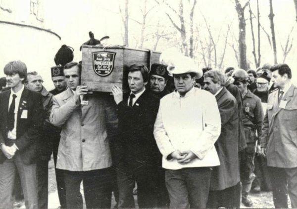 Tak żegnano 3 listopada 1984 roku księdza Popiełuszkę. Czy dwie kobiety zmarły, bo próbowano pociągnąć do odpowiedzialności jego morderców? (fot. Andrzej Iwański, lic. CC BY-SA 3.0).