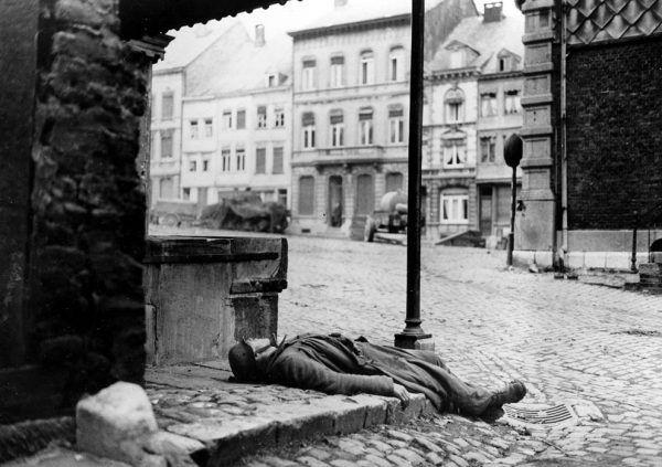 Uważaj! W Ardenach nawet polegli wstają z ziemi i strzelają w plecy (fot. U.S. Army Signal Corp, domena publiczna).