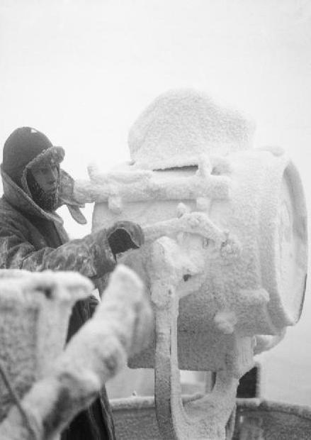 Arktyczne temperatury sprawiały, że okręty i statki płynące w konwojach do Związku Radzieckiego szybko pokrywały się grubą warstwą lodu (źródło: domena publiczna).