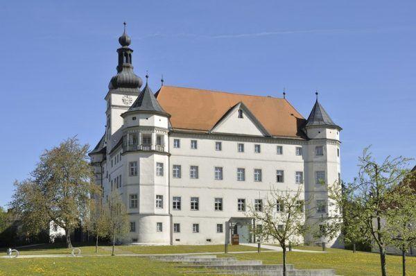 """Zamek Hartheim, to właśnie tam doktor Erwin Jekelius mordował tych, którzy według nazistów """"nie zasługiwali by żyć"""" (fot. Isiwal; lic. CC ASA 3.0)."""