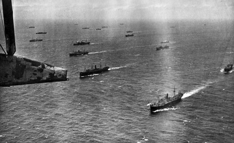 Niebezpieczeństwo czyhające na aliantów podczas konwojów przez Atlantyk było niczym w porównaniu z tym co mogło wydarzyć się w trakcie rejsu do Związku Radzieckiego. Na zdjęciu jeden z atlantyckich konwojów (źródło: domena publiczna).