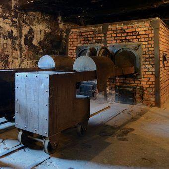 """Tylko ci, którzy trzymali się ściśle określonych zasad mieli szansę uniknąć """"wyjścia przez komin"""". Na zdjęciu krematorium z obozu Auschwitz I (fot. Marcin Białek; lic. CC ASA 3.0)."""