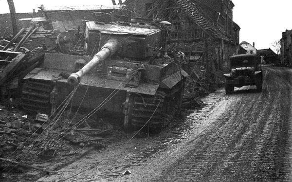 Tygrys, który zniszczył pierwszy czołg M26 Pershing w czasie II wojny światowej, po czym utknął w gruzowisku (fot. Elmer Gray, U.S. Army, domena publiczna).