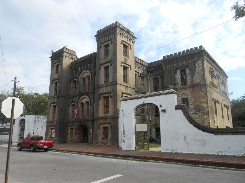 Old City Jail w Charleston - dawniej więzienie, dziś szkoła (fot. ProfReader, lic. CC BY-SA 3.0).