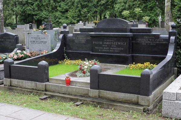 W tym okazałym grobowcu na Powązkach spoczęły ofiary mordu w Aninie (fot. Cezary p, lic. GFDL).