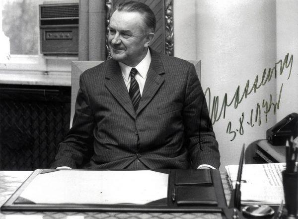 Premier Piotr Jaroszewicz w apogeum swojej kariery. Czy siedząc w gabinecie spodziewał się, jak okrutna śmierć go czeka? (źródło: domena publiczna)