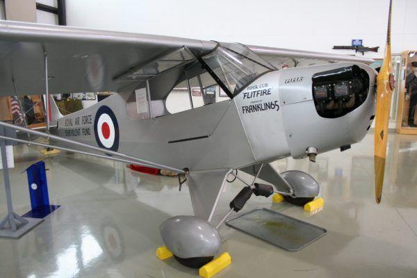 Piper J-3 Cub używany dawniej przez RAF (fot. RadioFan at English Wikipedia, CC BY-SA 3.0).