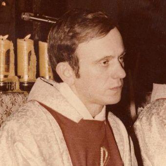 Ofiara KGB? Jerzy Popiełuszko podczas sprawowania mszy (fot. Andrzej Iwański, Europeana i Cyfrowe Archiwum Pamiątek, lic. CC BY-SA 3.0).