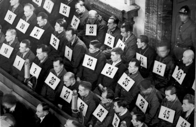 Część esesmanów z Auschwitz można było przekupić. Na zdjęciu personel Auschwitz podczas procesu w Norymberdze (źródło: Bundesarchiv; lic. CC ASA 3.0).