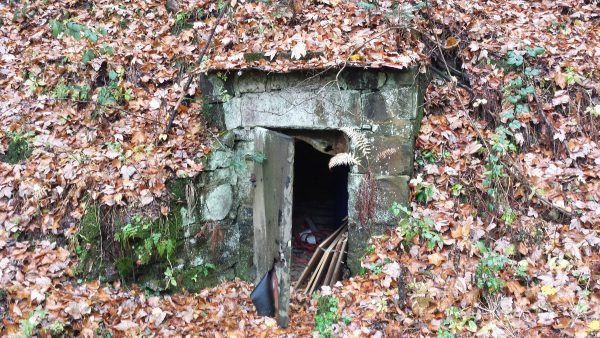 Wejście do jednego ze schronów w pobliżu ośrodka (fot. Łukasz Bieniek).