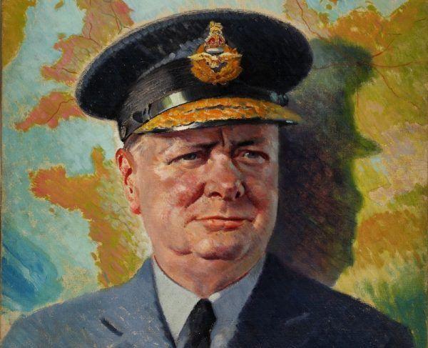 Winston Churchill dumny w mundurze RAF. Może myśli o swoich wyczynach murarskich? (źródło: domena publiczna).