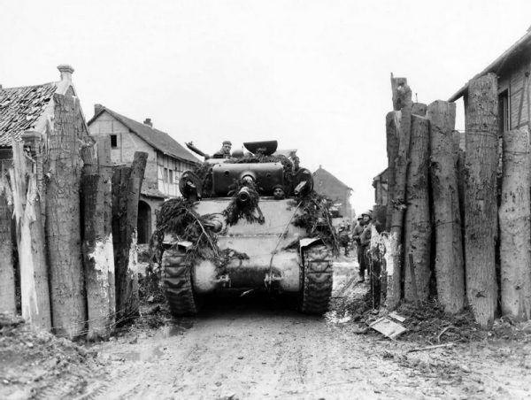 Czołg i załoga po przejściach. Kur nie widać ani nie słychać. Gladsbach w Niemczech, rok 1945 (źródło: domena publiczna).