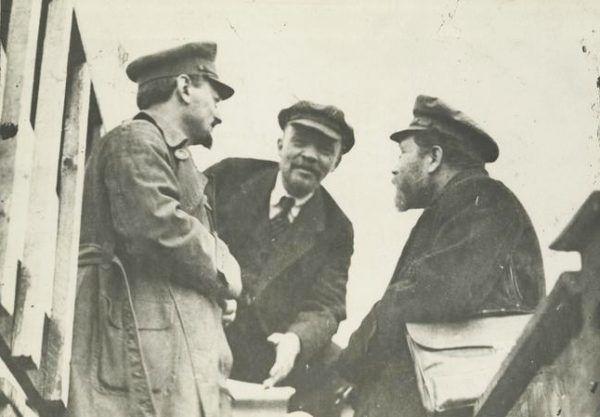 Trocki nawet nie wiedział, w jak wielkim był niebezpieczeństwie... Fotografia z 1919 roku, od lewej: Lew Trocki, Włodzimierz Lenin i Lew Kamieniew (źródło: domena publiczna).v