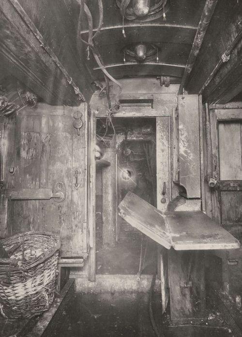 Wnętrze U-boota z okresu I wojny światowej (źródło: domena publiczna).