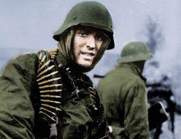 Żołnierz Waffen-SS w czasie ofensywy w Ardenach (fot. ze zbiorów U.S. National Archives and Records Administration, domena publiczna; koloryzacja: RK).