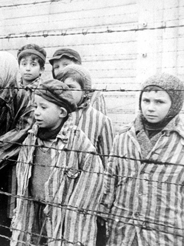 Tym dzieciom udało się przetrwać obozowe piekło (źródło: domena publiczna).