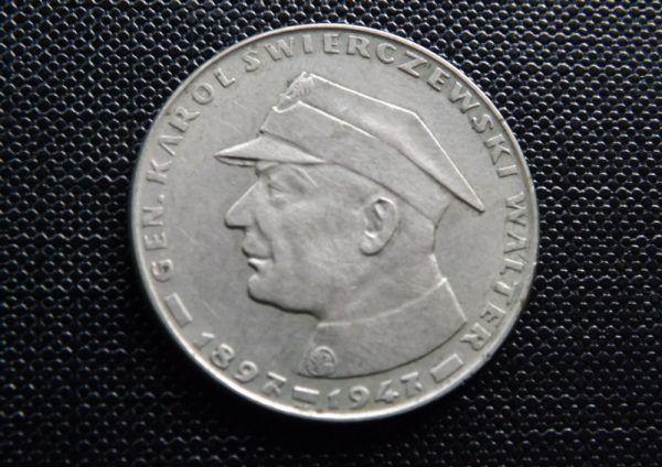 Generał Karol Świerczewski trafił na monety i banknoty. A ludzie, którzy znali prawdę o jego śmierci, trafiali do piachu... (fot. Pesell, lic. CC BY-SA 4.0).