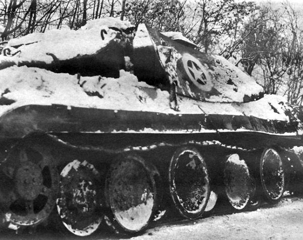 Zniszczony czołg Pantera, który miał udawać amerykański niszczyciel czołgów M10 Wolverine (fot. United States Department of Defense).
