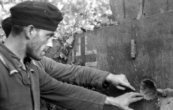 Dla załóg Shermanów wiele trafień w Tygrysa kończyło się właśnie tak: brakiem penetracji (Bundesarchiv, Bild 101I-022-2935-24 / Wolff/Altvater / CC-BY-SA 3.0).