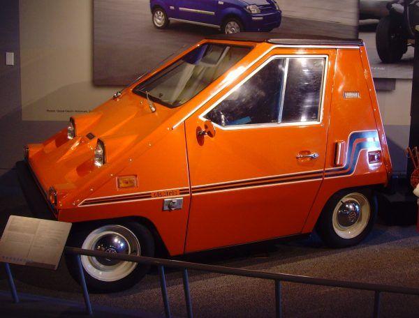Do samochodów elektrycznych powracano co jakiś czas szczególnie w czasach kryzysów paliwowych. Produkowany w latach 70. XX wieku CitiCar był najpopularniejszym amerykańskim samochodem elektrycznym do czasów Tesli Rodster (fot. Klaus Nahr, CC BY-SA 2.0).