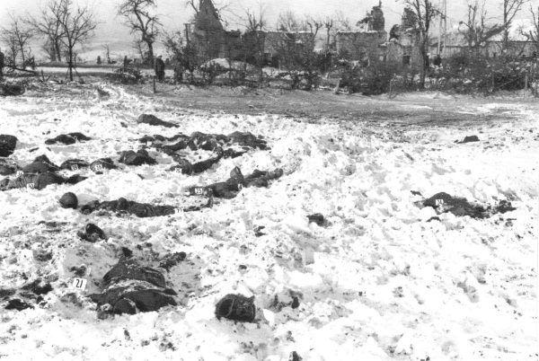 Identyfikacja ciał ofiar maskary w pobliżu Malmedy (fot. U.S. Army, ze zbiorów National Archives and Records Administration, domena publiczna).