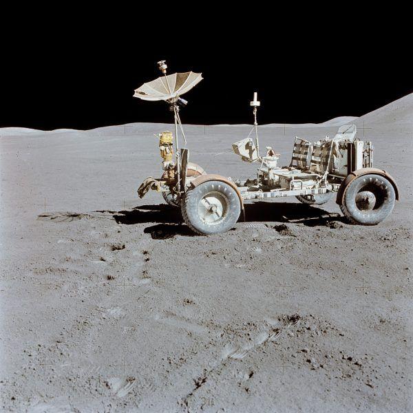 Samochody elektryczne sprawdzają się w nawet najbardziej ekstremalnych warunkach (fot. Dave Scott, NASA, domena publiczna).