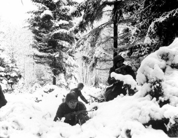 Amerykańscy piechurzy w lesie nieopodal Amonines w Belgii (fot. Braun, U.S. Army, domena publiczna).