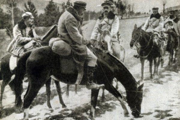 Piłsudski dosiadający Kasztanki jeden z pierwszych razy w życiu. Zdjęcie wykonano na Podhalu w 1914 roku (źródło: domena publiczna).