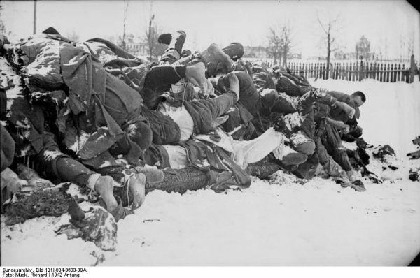 Okrucieństwo i pogarda dla ludzkiego życia - te cechy sprawiły, że Stalin stał się jednym z największych zbrodniarzy w historii. Na ilustracji: polegli czerwonoarmiści. Zdjęcie z 1942 roku (źródło: Bundesarchiv; fot. Richard Muck; lic. CC-BY-SA 3.0).