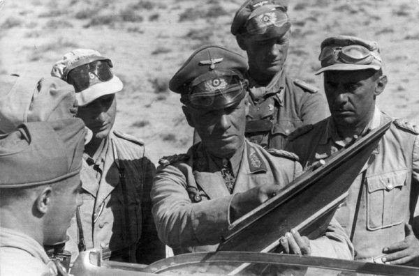 Erwin Rommel, zwany Lisem Pustyni, był tak niebezpieczny dla aliantów, że Brytyjczycy wysłali najlepszych komandosów by go zgładzić (źródło: Bundesarchiv, licencja: CC BY-SA 3.0 de)