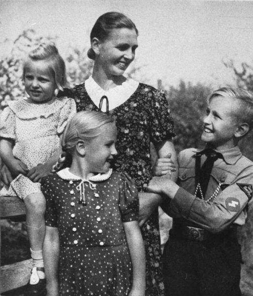 """Naziści do pracy w niemieckich fabrykach wybierali Polki """"przydatne rasowo"""". Ewentualne dzieci spłodzone z Niemcami mogły wówczas być wychowywane na małych nadludzi (źródło: Bundesarchiv, lic.: CC BY-SA 3.0 de)."""